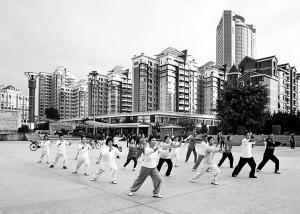 社区老人们练太极拳强身健体。