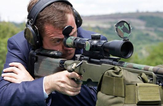 梅德韦杰夫参观空降兵武器 对榴弹炮感兴趣(图)图片
