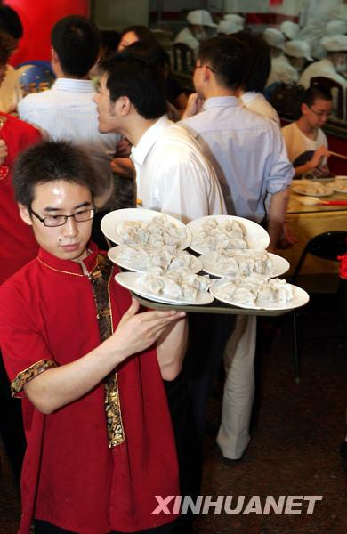 北京好吃的餐厅_7月14日,北京一家餐馆的服务员为顾客上饺子.