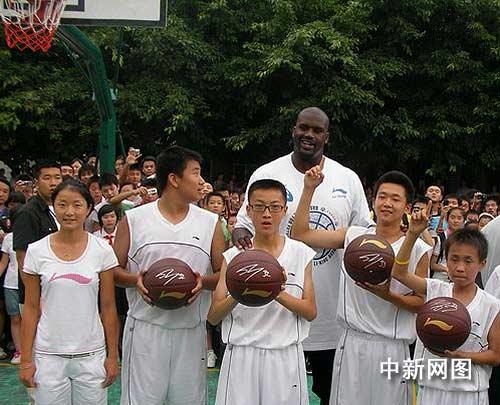 奥尼尔、晏紫与四位获得签名篮球的同学合影。