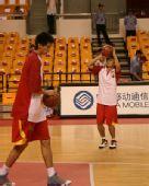 图文:中国男篮VS立陶宛 陈江华练习投篮