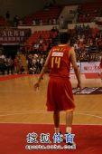 图文:中国男篮VS立陶宛 王治郅在比赛中