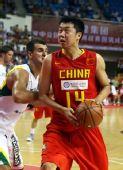图文:中国男篮VS立陶宛 王治郅强攻内线
