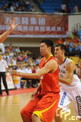 图文:中国男篮VS立陶宛 王治郅背身单打-搜狐