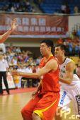 图文:中国男篮VS立陶宛 王治郅背身单打