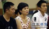 图文:商毅携爱妻助阵张怡宁 商毅与阎森在一起