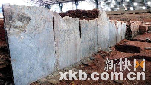 殿基用巨型青石板包砌成高大墩台