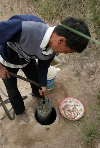 榆中村民水窖里快没水了