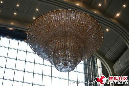 这就是那盏据说价值1200万元的天价吊灯。