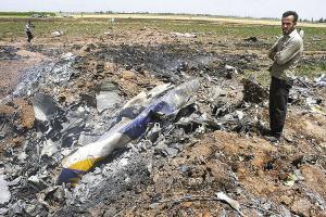 坠毁现场,飞机残骸还在冒烟。/综合