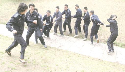 浙江一些病情稳定的涉案精神病人,在民警和医护人员带领下,到户外呼吸新鲜空气。  包敦远摄(资料图片)