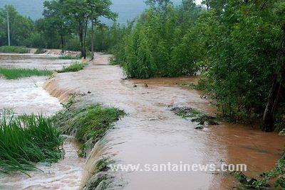 暴雨袭击造成的洪水 网友供图