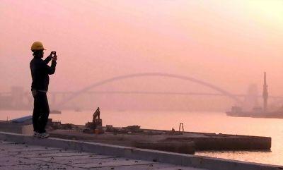 远处是世界第一钢结构拱桥——卢浦大桥.-上半年GDP增7.1 经济回