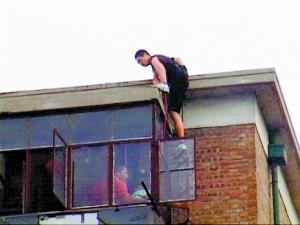 ▲特警队员从楼顶飞身跃入嫌疑人房间。