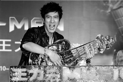 王力宏在主办方特意制作的冰雕吉他前大摆pose。本报记者吴平摄