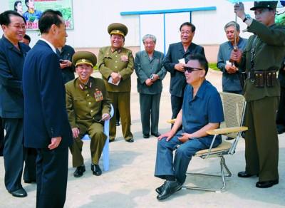 朝中社7月14日公布的照片:金正日视察平壤一家砖瓦厂。