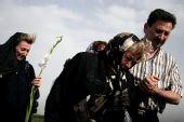 组图:伊朗坠机事故遇难者亲属到失事地点悼念