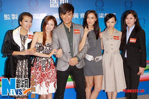 马国明(左三)被一众美女包围
