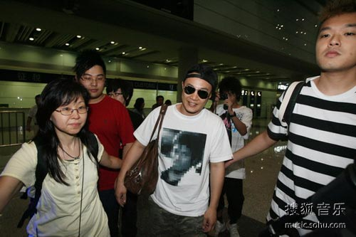 陈奕迅身着MJ纪念T恤