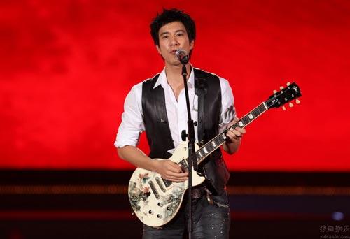 王力宏舞台上秀吉他