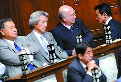 日本首相麻生太郎(右一)濒临下台