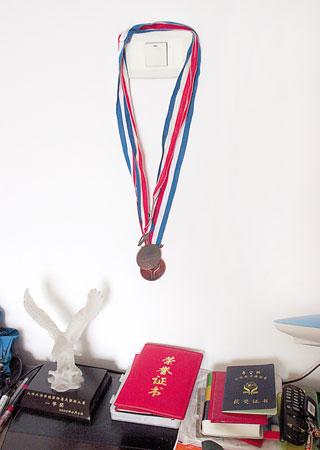 小明的卧室挂着他获得的奖牌和证书本组图片 本报记者 惠禾 摄