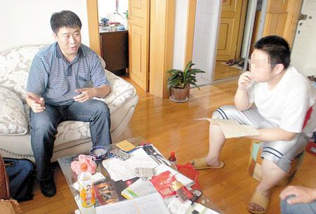 小明回家了,律师正在开导他