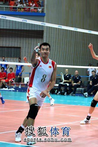 图文:男排联赛中国VS意大利 崔建军霸气十足