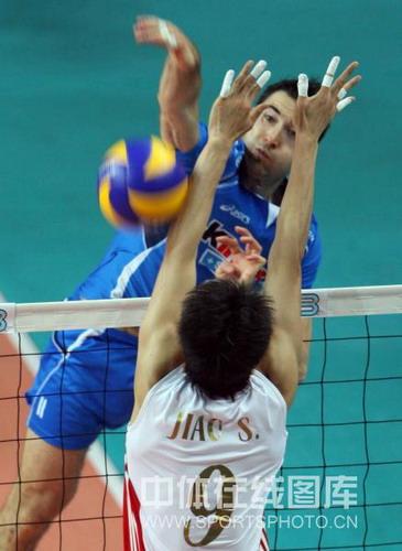 图文:世界男排联赛中国2-3意大利 一对一单挑