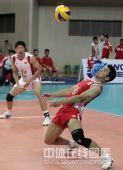 图文:世界男排联赛中国2-3意大利 任琦接发球