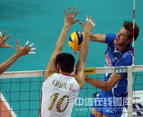 图文:中国男排2-3意大利 意大利队员彪悍怒吼
