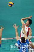 图文:世界男排联赛中国2-3意大利 沈琼跃起