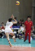 图文:中国男排2-3意大利 沈琼飞身跃出救球