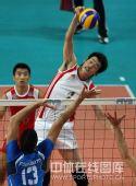 图文:中国男排2-3意大利 边洪敏突破拦网