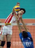图文:中国男排2-3意大利 边洪敏跃起扣球