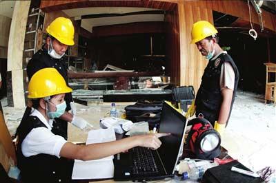 7月18日,调查人员在印度尼西亚雅加达遭爆炸袭击的万豪酒店进行调查。新华社/路透