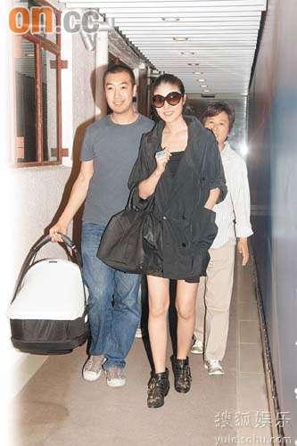 陈慧琳生完孩子出院时已穿上高跟鞋