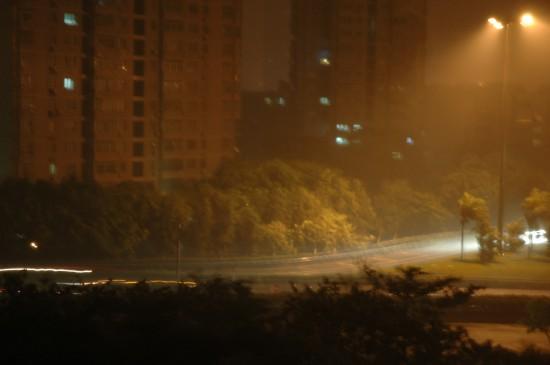 这是7月19日凌晨2点半左右在深圳市区拍摄的狂风暴雨中的滨河大道。新华社记者吴俊摄