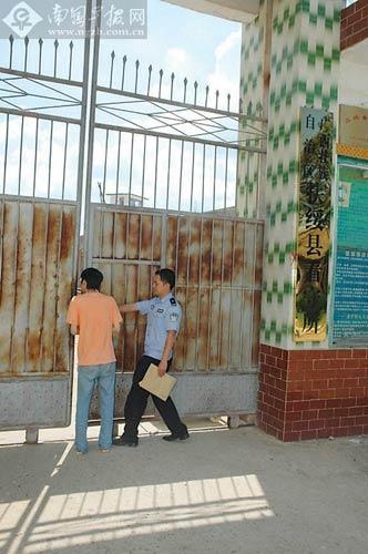 民警将梁某送进看守所。邓盛龙摄