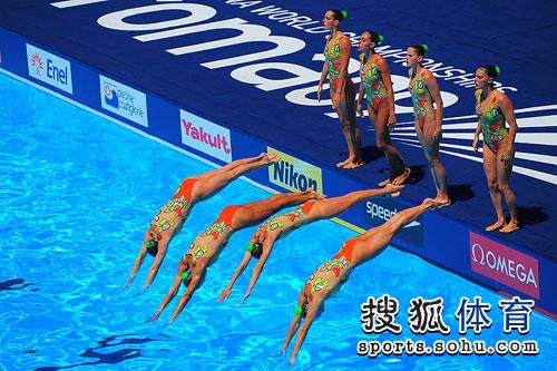 图文:世锦赛花游西班牙摘银 西班牙人跃入池中