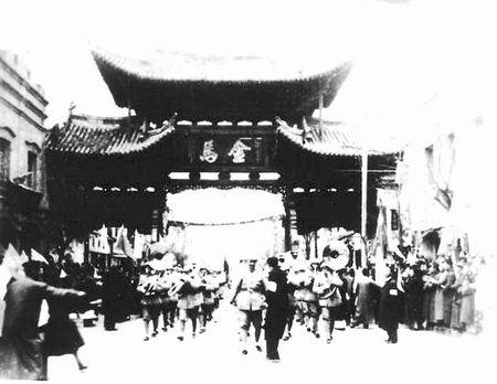 昆明市民在金马碧鸡坊欢迎解放军(资料图)