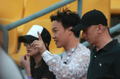周迅(左一)、陈奕迅(中)一同出现。