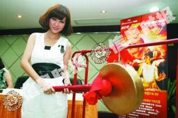 谢安琪为8月中的广州个唱的敲锣助威。 信息时报记者 龙成关 摄