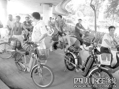 上百自行车车胎被扎