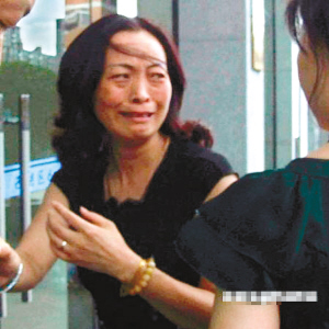 胡斌母亲走出法庭大哭