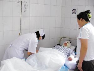 伤者在医院接受治疗