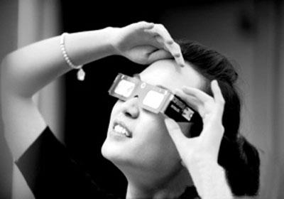 市民看日食需要佩戴特制的眼镜以防止伤害 资料图