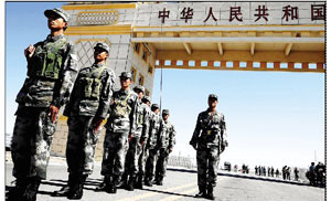 巡逻小组在北疆最大国门前,该国门有7层,高约34米,宽60米左右,为砖土结构 摄/特派记者柴程