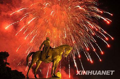 7月21日晚,比利时国庆节的礼花在首都布鲁塞尔市中心的利奥波德二世国王雕像上空绽放。当天是比利时国庆节。新华社记者武巍摄