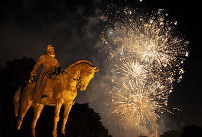 7月21日晚,比利时国庆节的礼花在首都布鲁塞尔市中心的利奥波德二世国王雕像上空绽放。新华社记者武巍摄
